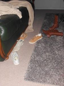 twee paar schoenen, een paar laarzen en buiten beeld nog een paar sloefen