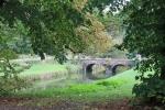 en oude bruggetjes en een tuin.
